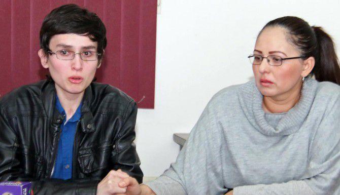 José Chua López sostiene la mano de su madre Myra López Martínez en Hermosillo, Sonora.(AP)