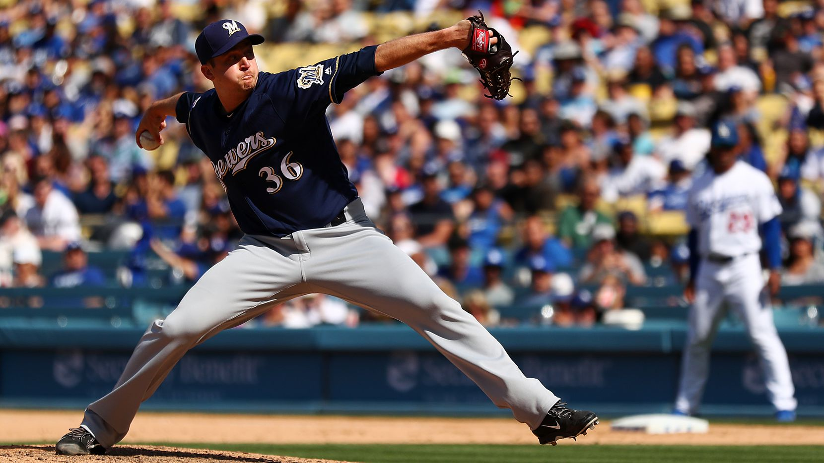 LOS ANGELES, CALIFORNIA - APRIL 14: Jake Petricka #36 of the Milwaukee Brewers throws a pitch against the Los Angeles Dodgers during the eighth inning at Dodger Stadium on April 14, 2019 in Los Angeles, California. (Photo by Yong Teck Lim/Getty Images)