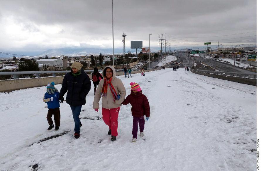 Familias disfrutaron de la coyuntura del cierre vial para disfrutar de la nieve./ AGENCIA REFORMA