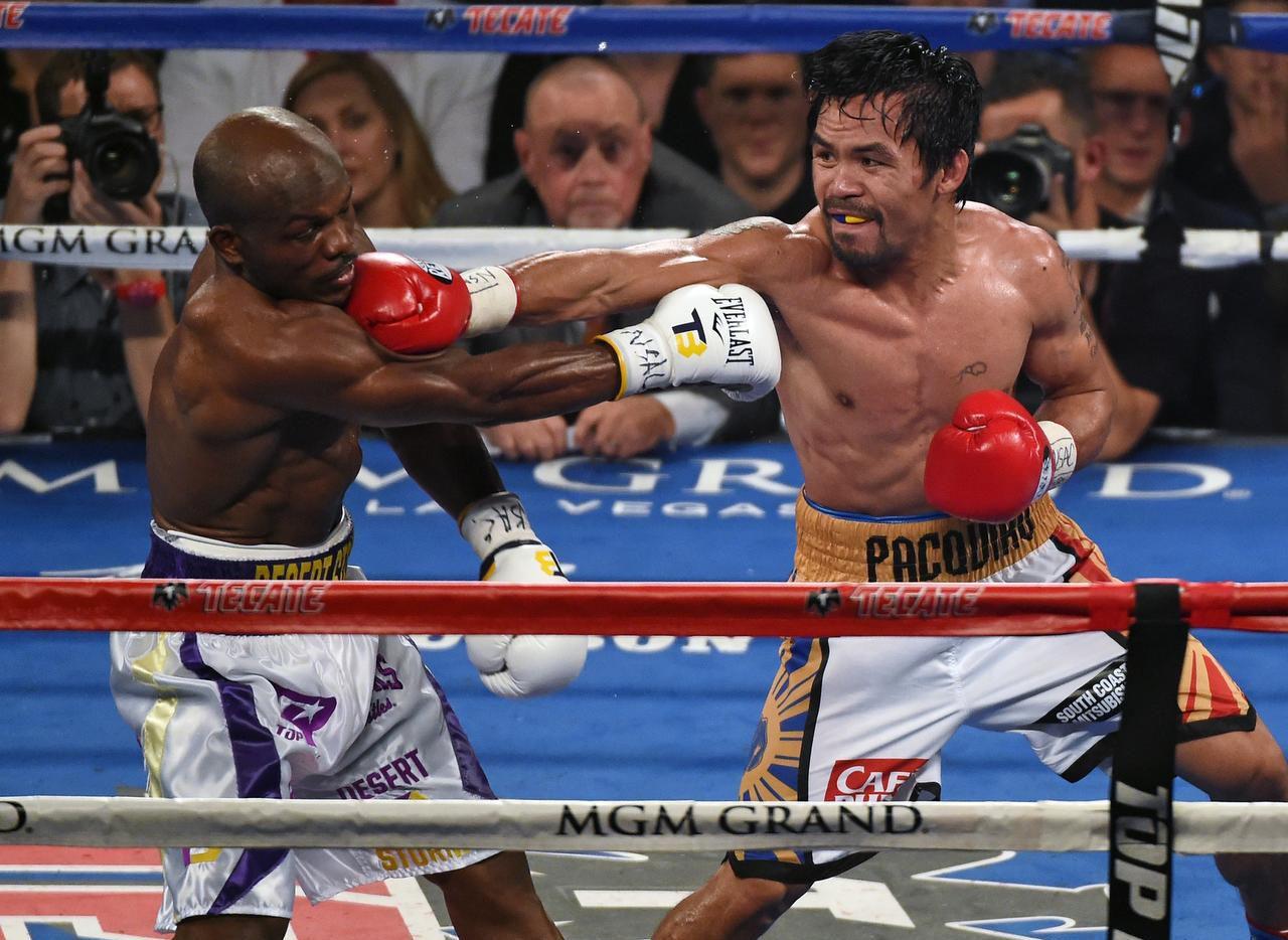 Manny Pacquiao (der.) no se sube a un cuadrilátero desde su victoria sobre Timothy Bradley Jr. el abril en Las Vegas. (GETTY IMAGES/ETHAN MILLER)