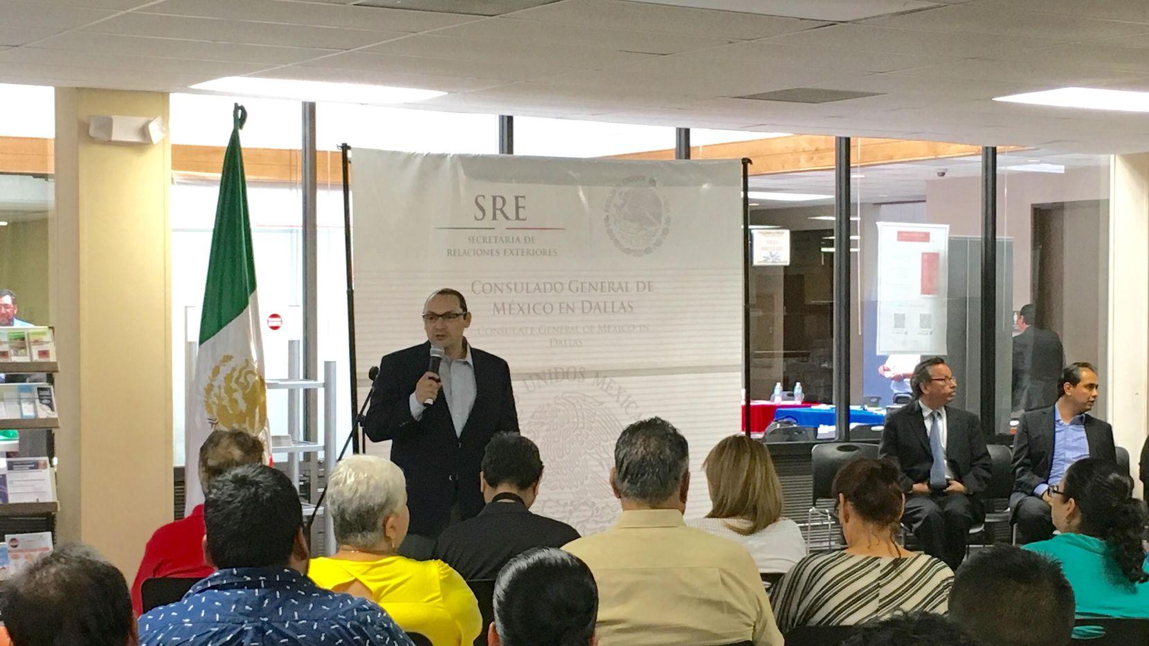 El nuevo cónsul general Francisco de la Torre Galindo durante su primera reunión comunitaria el jueves 30 de junio en el consulado mexicano de Dallas (KARINA RAMÍREZ/AL DÍA)