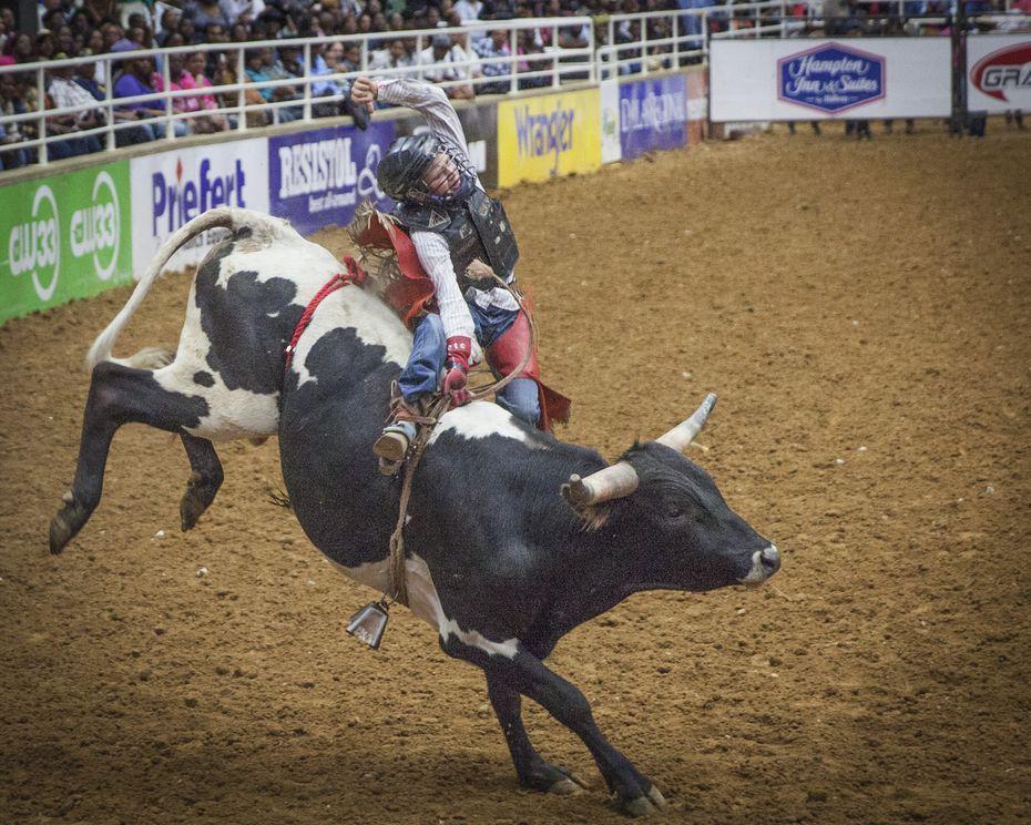 Brandon Roads participa en el Hip Hop Cowboys Spring Rodeo de la Mesquite Arena en Mesquite, Texas.