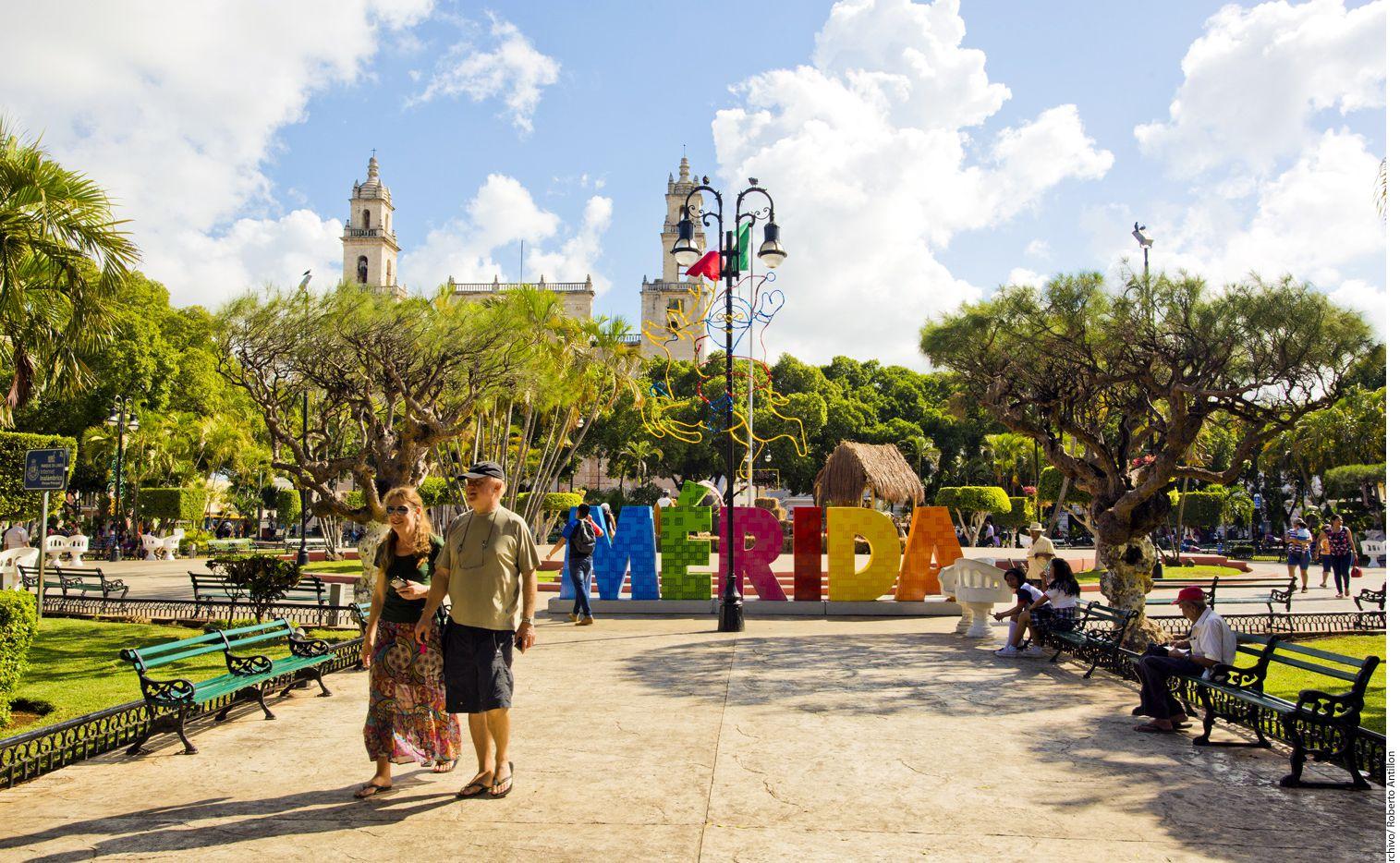 Cada martes en el Parque Santiago, en el centro de Mérida, los acordes y bailes de otra época se reviven durante las Remembranzas Musicales, uno de los eventos culturales gratuitos que todos los días se desarrollan en la capital yucateca, los cuales, la mantienen siempre viva. AGENCIA REFORMA.
