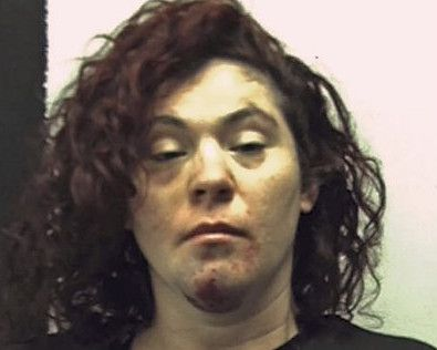 Esta foto sin fecha proveína por la cárcel del condado Fayette, en Uniontown, Pennsylvania, muestra a Holly Lynn Donahoo, que fue arrestada el martes, 2 de mayo del 2017, por conducir en estadio de ebriedad y eludir a la policía.  Las autoridades dicen que Donahoo se identificó como Hillary Clinton cuando fue detenida. (Fayette County Prison via AP)