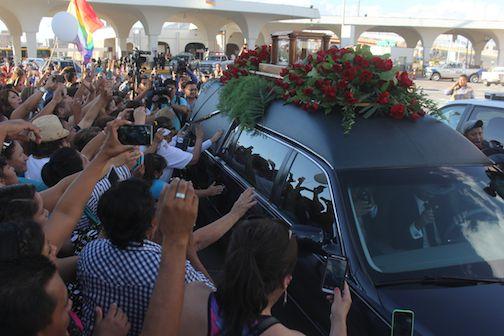 La carroza que transportaba los restos de Juan Gabriel ingresó por un puente internacional desde El Paso, Texas. Miles de personas mostraron su respecto en el trayecto hasta la casa del fallecido cantante. AP