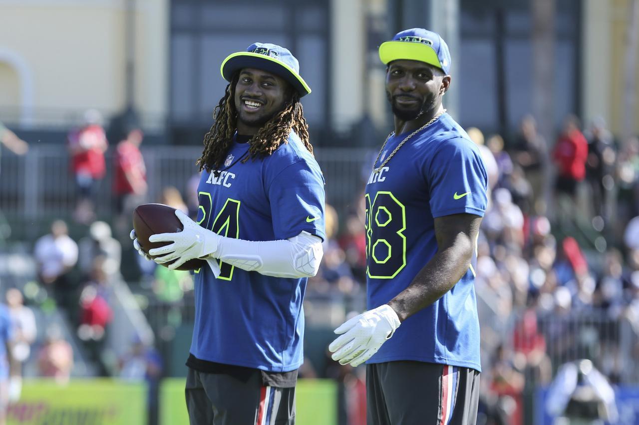 Dez Bryant (der.) durante un entrenamiento previo al Pro Bowl, a disputarse este domingo en Orlando. (AP/Gregory Payan)