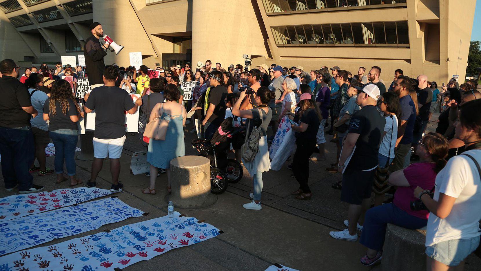 Decenas de personas participaron recientemente de una protesta a favor de los inmigrantes al pie de la alcaldía. El jueves se realizará una nueva protesta en contra de la separación de familias en la frontera.