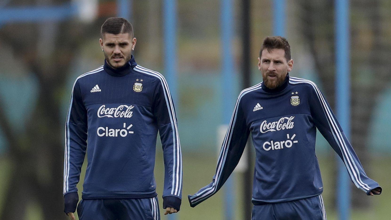Mauro Icardi y Lionel Messi entrenan el lunes en Buenos Aires, en preparación para su encuentro contra Venzuela, en eliminatorias para Rusia 2018.(AP)