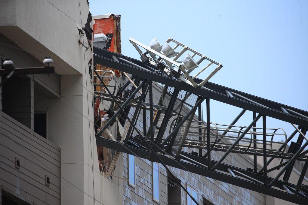Una grúa cayó en el complejo Elan City Lights de Dallas. (Foto de Shaban Athuman/ The Dallas morning News)