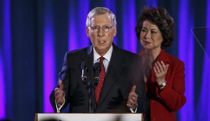 El senador Mitch McConnell celebra tras conseguir la reelección. (AP/J. SCOTT APPLEWHITE)