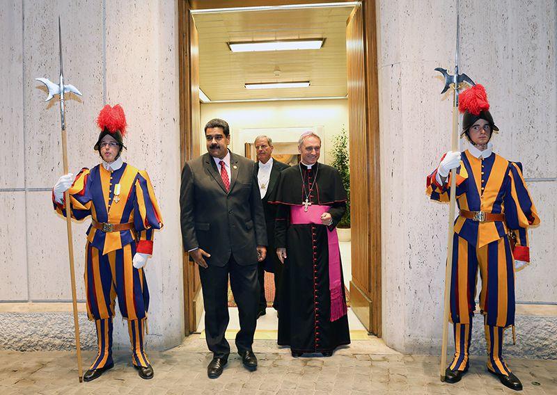 En una foto publicada por la presidencia de Venezuela muestra al presidente de Venezuela, Nicolás Maduro (izq.) minutos antes de reunirse con el papa Francisco en el Vaticano el 24 de octubre de 2016. (AP)