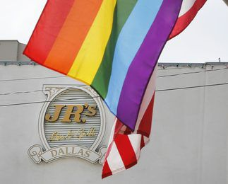 Las banderas del orgullo gay en la intersección de Cedar Springs Road y Throckmorton Street en Dallas. Foto: Louis DeLuca / The Dallas Morning News