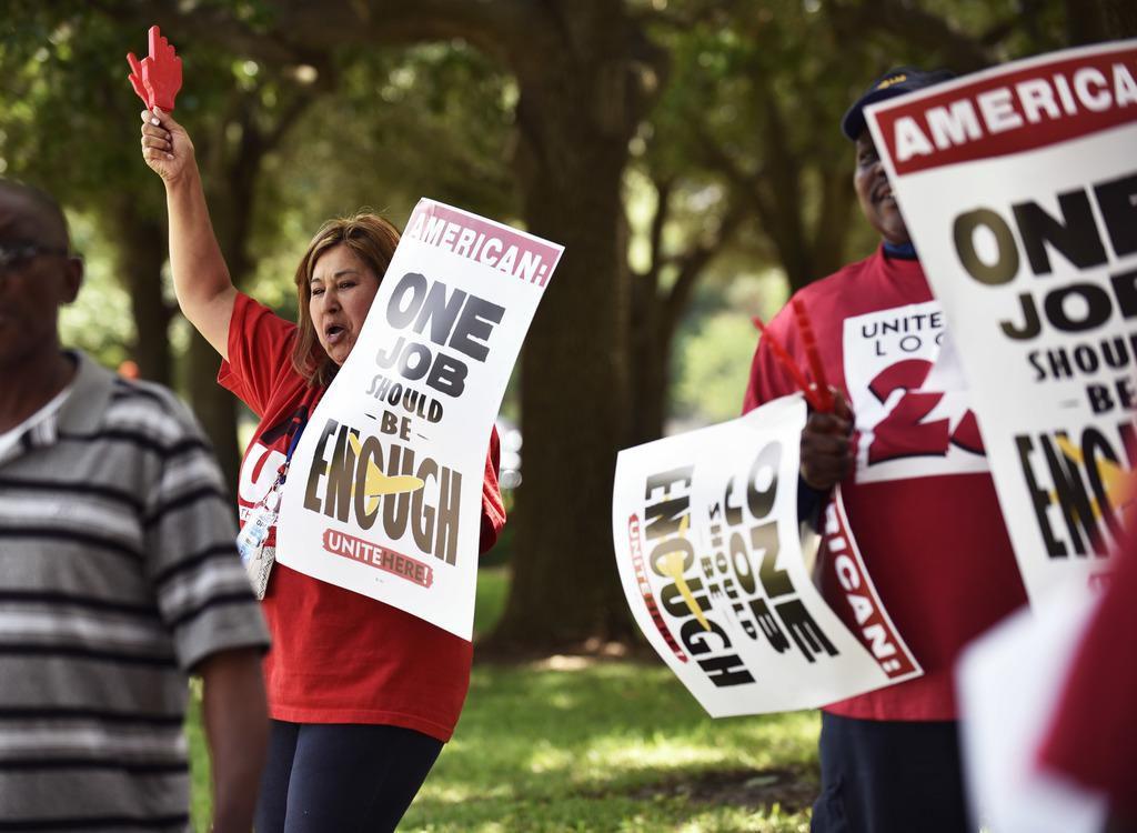 Leticia Gómez, empleada de LSG Sky Chefs, participa en una protesta al pie de la sede de American Airlines. Los empleados de la empresa de catering aéreo reclaman mejoras. BEN TORRES/Especial para AL DÍA