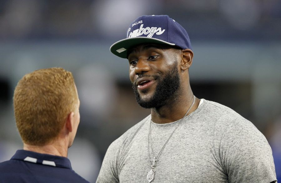 LeBron James charla con Jason Garrett, coach de los Cowboys. Foto de septiembre de 2013. DMN
