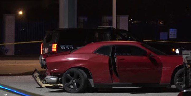 Una triple colisión dejó a este vehículo afectado. El ocupante de un carro blanco murió luego de una balacera.