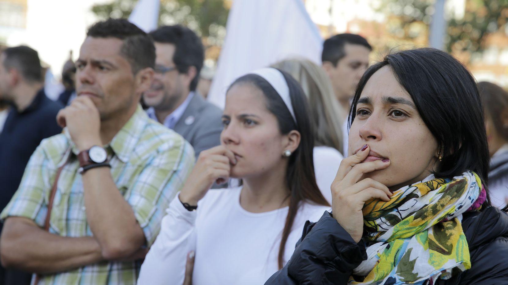 Colombianos que apoyan un acuerdo de paz entre el gobierno y el grupo guerrillero FARC reaccionan al conocerse el veredicto. AP