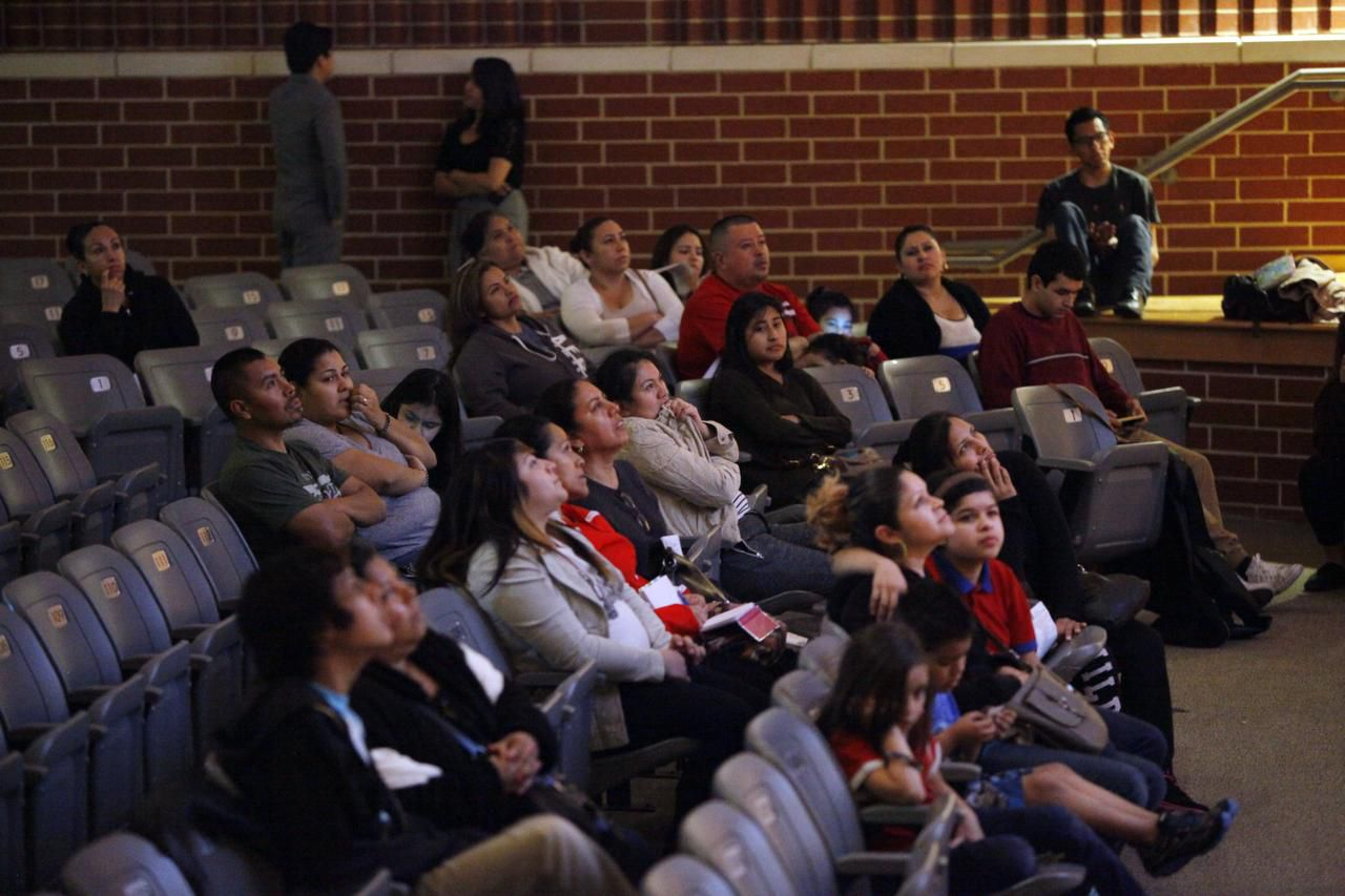 Familias acuden a un foro sobre la Acción Diferida en la preparatoria Conrad de Dallas, en enero del 2015. El programa sigue en suspenso debido a una lucha en las cortes federales. (ESPECIAL PARA AL DÍA/BEN TORRES)