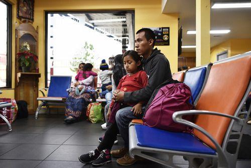 Álvaro Jiménez, de 25 años, y su hija Heidy Melisa Jiménez, de 7, esperan que llegue un autobús para continuar su viaje de Honduras a Florida. Foto: Ben Torres / Especial para Al Día
