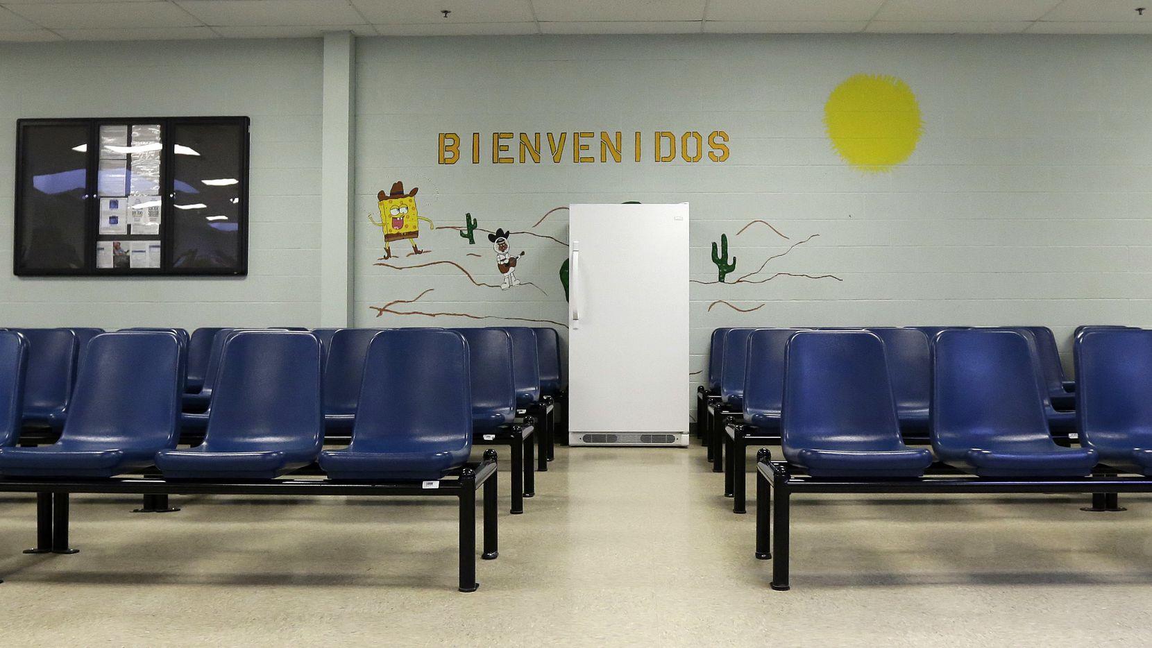 En esta imagen del 31 de julio de 2014, se ve la zona de procesamiento en el Centro Residencial del condado Karnes en Karnes City, Texas. Karnes, uno de los centros de detención más grandes del país para familias que fueron arrestadas cruzando la frontera, recibió una licencia temporal de cuidado infantil por parte del Departamento de Servicios y Protección Familiar de Texas. El portavoz de la dependencia, Patrick Crimmins, dijo el martes 3 de mayo de 2016 que la agencia le otorgó la semana pasada el permiso por seis meses al centro de detención. (Foto AP/Eric Gay Archivo)