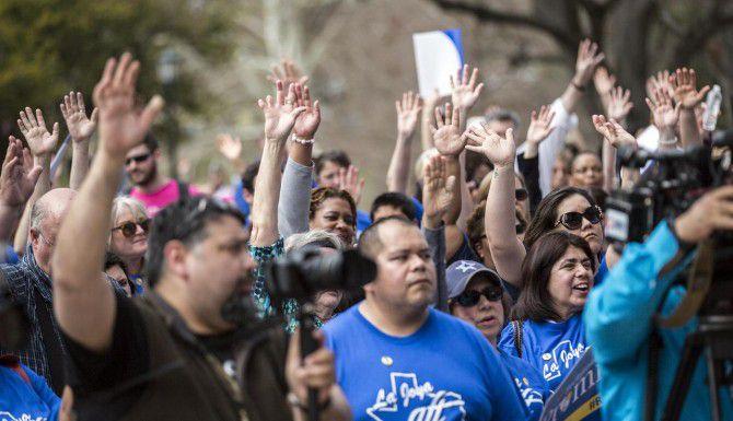 Maestros se manifiestan en Austin para exigir más financiamiento a las escuelas y menos énfasis en las los exámenes estatales. La Legislatura esta semana decidió no tomar en cuenta para la graduación los resultados de todos los exámenes de preparatoria. (AP/RICARDO B. BRAZZIEL)