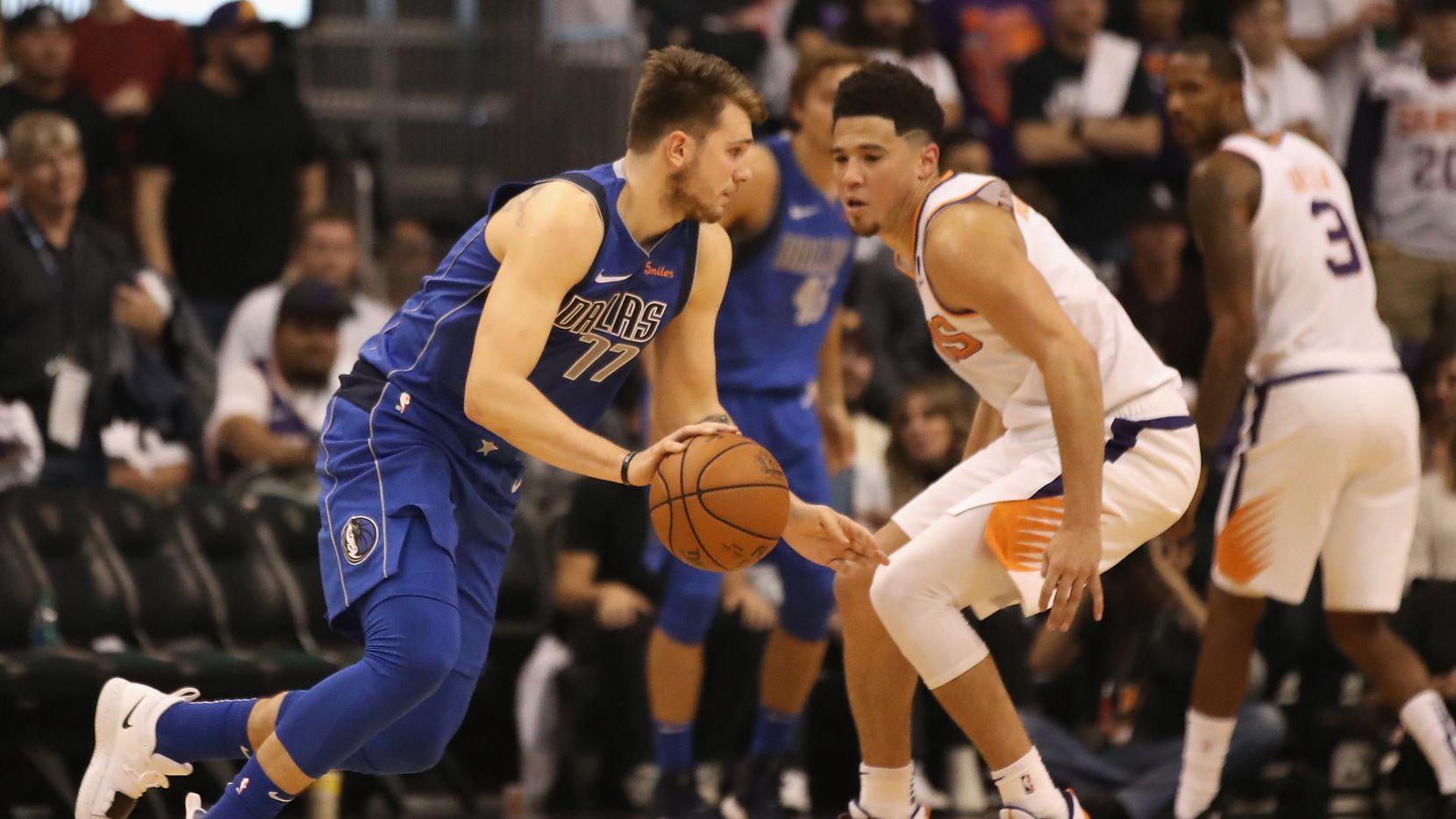 Luka Doncic (77) y los Mavericks cayeron ante los Suns en el Juego Inaugural de temporada, el miércoles en Phoenix, Arizona. (Getty Images/Christian Petersen)
