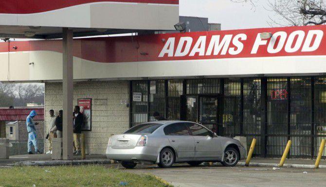 El dueño de la tienda Adams Food, en el cruce de St. Augustin Drove y Bruton Road, en Pleasant Gronve, ha denunciado que afuera del local se reúnen maleantes y vendedores de droga. (DMN/Vernon Bryant)