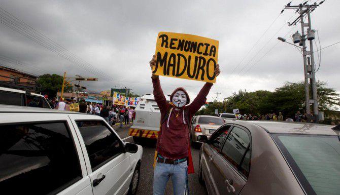 Un manifestante exige la renuncia del presidente Nicolás Maduro, en San Cristóbal, Venezuela. (AP/FERNANDO LLANO)