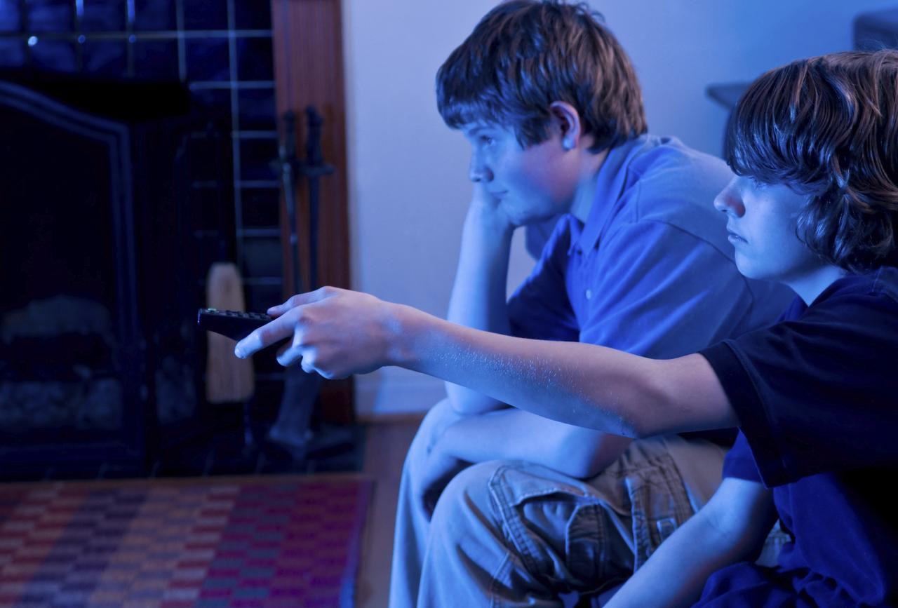 Los jóvenes pasan más tiempo en la televisión y escuchando música, dice estudio.(iSTOCK)