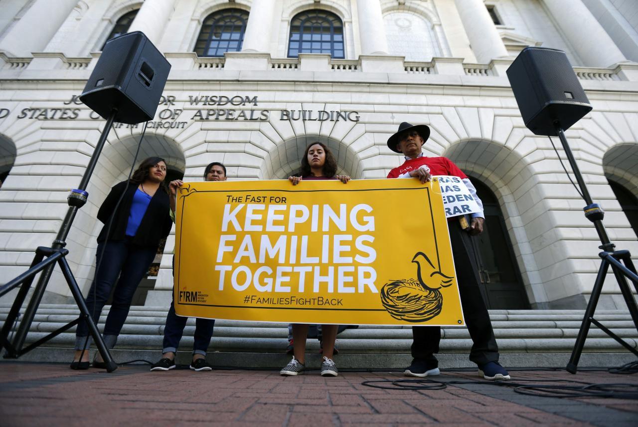 Activistas migratorios protestas en las afueras de la Corte de Apelaciones de Nueva Orleáns que ha demorada un fallo sobre las medidas migratorias del presidente Obama. (AP/GERALD HERBERT)