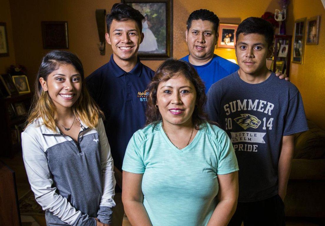 Imelda Vaquera (centro) rodeada de su familia: su hija Alexandra (izq.), su hijo Isaac (izq., arriba) su marido Oscar Torres (arriba, centro) y su otro hijo Emmanuel. (DMN/ASHLEY LANDIS)