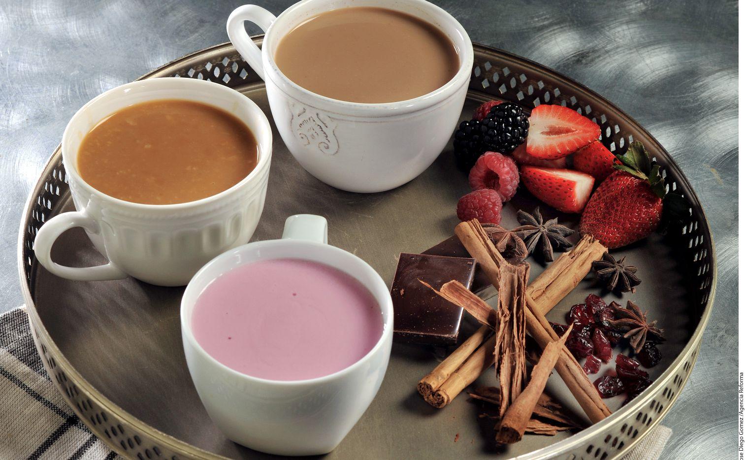 Atole de frutos rojos, atole de chocolate y crema de avellana y atole de cajeta y galletas son tres opciones no muy recurrentes a la hora de preparar esta deliciosa bebida./ AGENCIA REFORMA