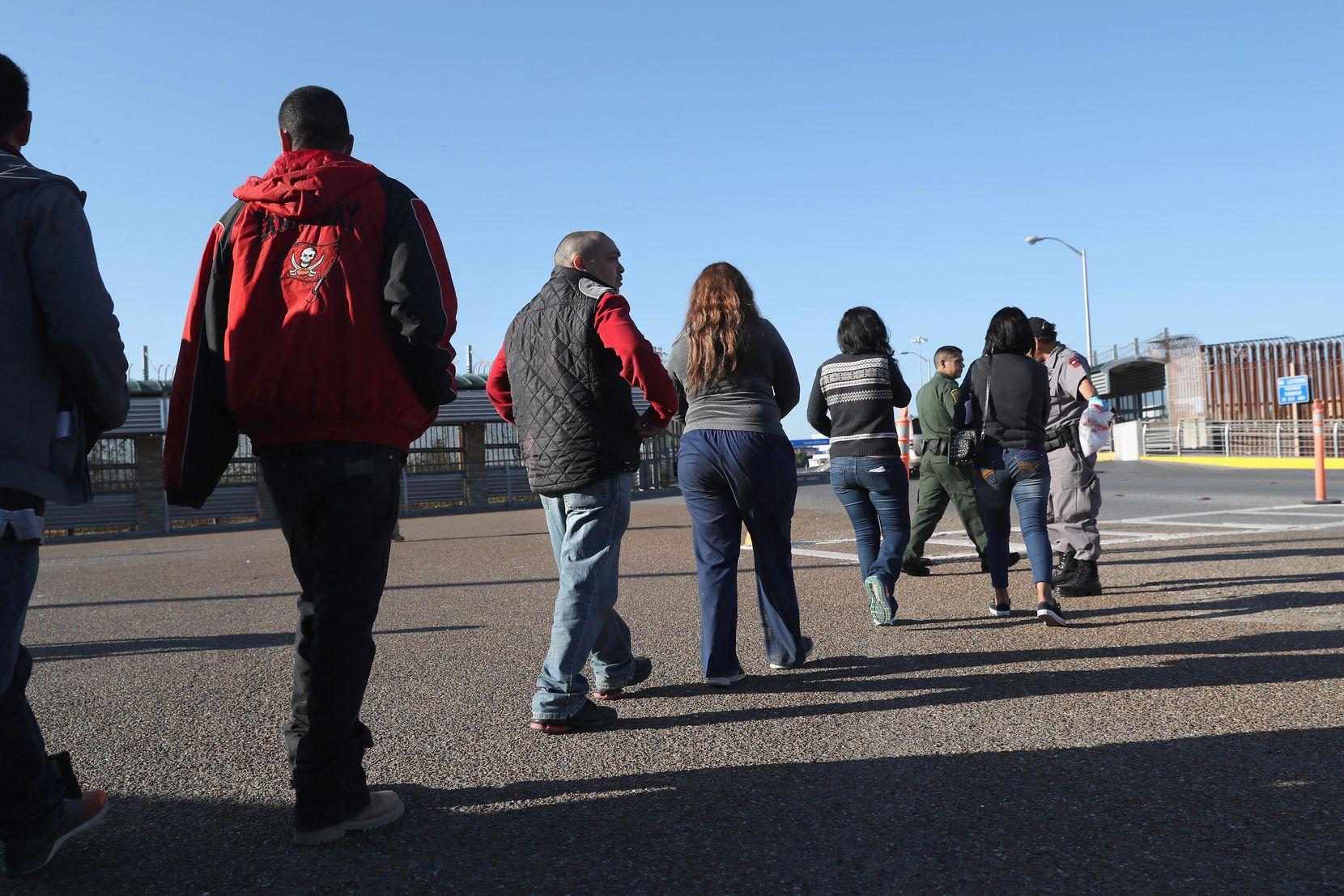 Un grupo de migrantes son deportados por medio de un puente internacionalen Hidalgo Texas. ICE dice que ha detenido a 66,000 personas pero más detenciones no necesariamente se traducen en deportaciones. GETTY IMAGES