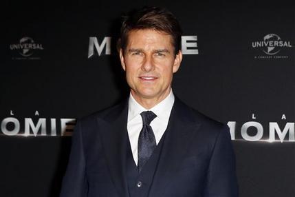 """ARCHIVO- En esta fotografía del 30 de mayo de 2017 el actor Tom Cruise posa durante la premiere de """"The Mummy"""" en París, Francia. El domingo 13 de agosto del mismo año un video mostró que el actor estaba cojeando luego de grabar una escena de la sexta entrega de la franquicia """"Mission: Impossible"""". (AP Foto/Francois Mori, Archivo)"""