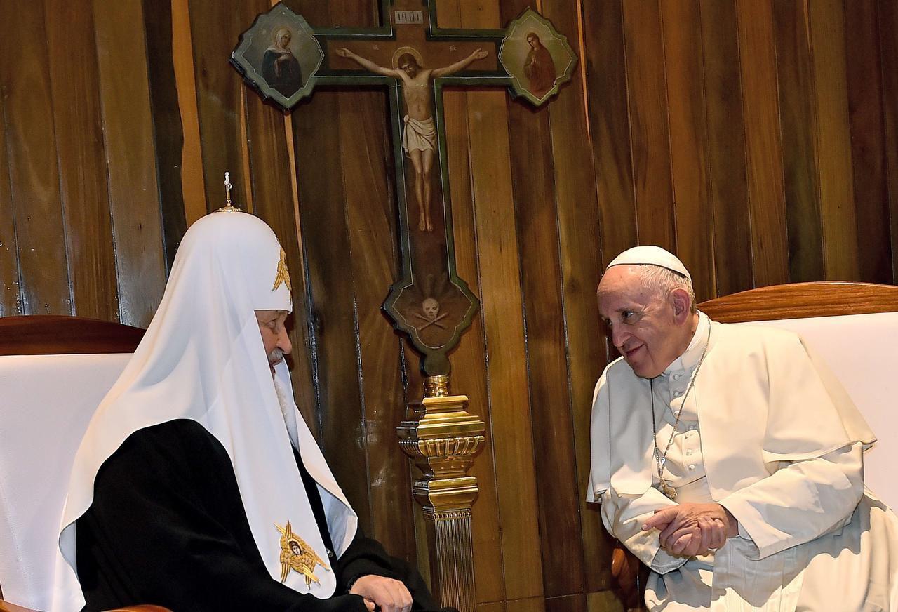 El papa Francisco se reunió con Kirill, patriarca de la iglesia ortodoxa rusa, en La Habana. Francisco hizo esta parada previo a su viaje a México. (AFP/GETTY IMAGES/GABRIEL BOUYS)