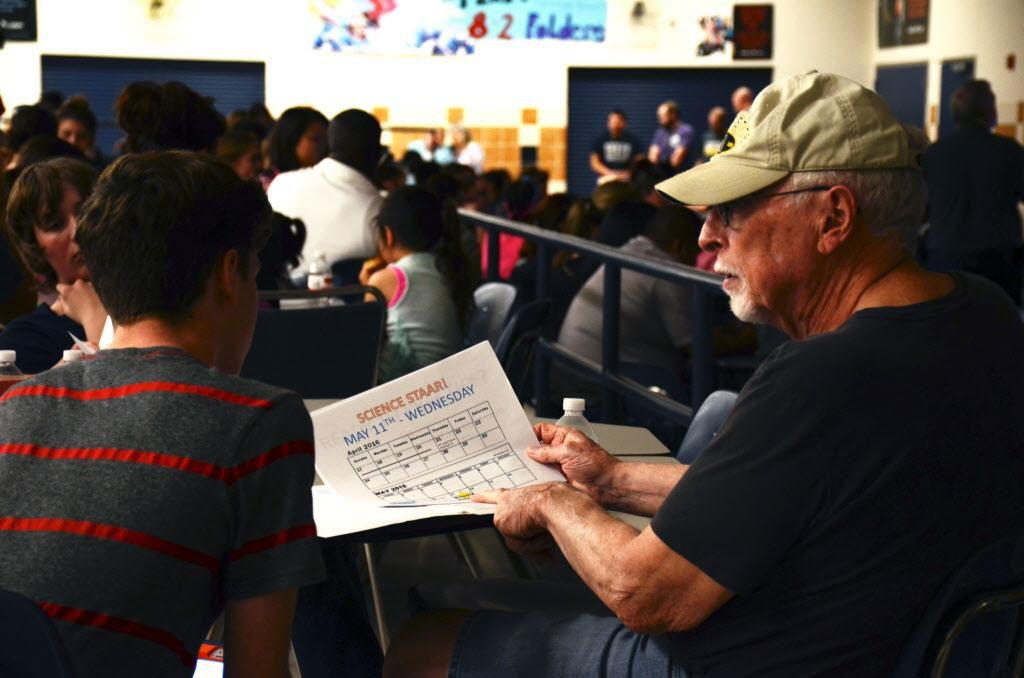Rich Lakey (der.), repasa unos estudios con su hijo que cursa el octavo año, Trevor, quien tomará los exámenes de estudios sociales y ciencias bajo el programa STAAR. (DENTON RECORD-CHRONICLE/CAITLYN JONES)