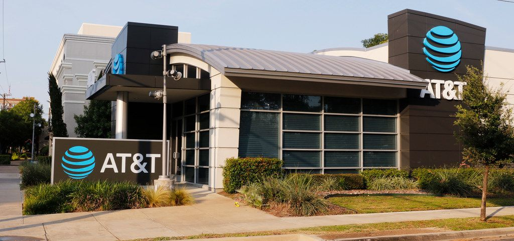 AT&T store at 3329 Oak Lawn Ave in Dallas.