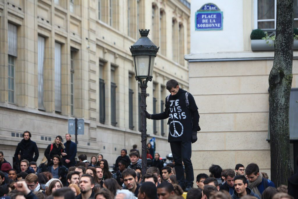 Un minuto de silencio se realizó en las afueras de la Universidad de la Sorbona en París el lunes. Francia se recupera de ataques terroristas sin precedentes, mientras su gobierno intensifica bombardeos a zonas controladas por el Estado Islámico en Siria e Irak. (AP/THIBALUT CAMUS)