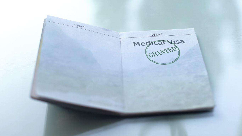 Pasaporte con el sello de aprobación de visa para un extranjero que busca tratamiento médico. iSTOCK.