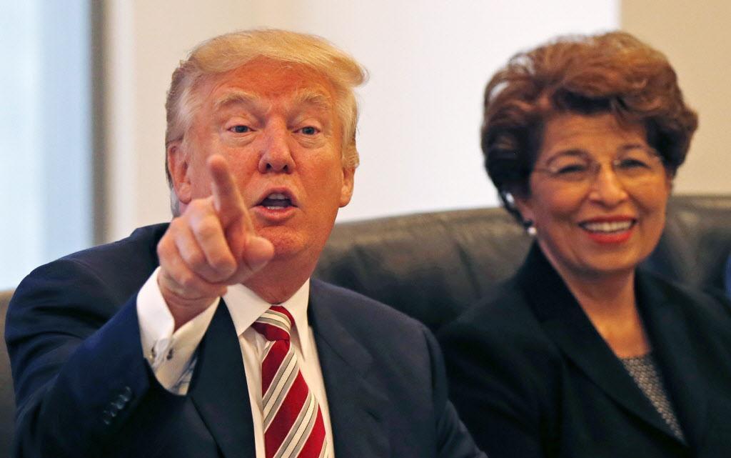 En esta foto de agosto 20 de 2016, Donald Trump se reunió con Jóvita Carranza, ex directora de la Oficina de Pequeños Negocios (Small Business Administration). (AP/GERALD HERBERT)