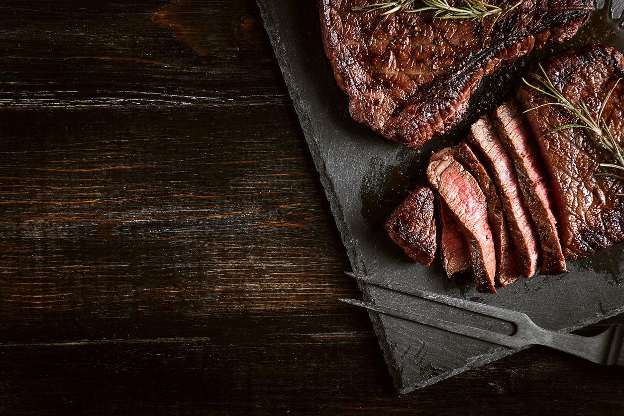A diferencia del pescado, la carne clara o las plantas comestibles, sólo la carne roja tiene el balance ideal de hierro y zinc.