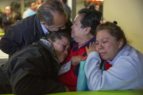 Reyna Osorio (centro) ve a su hermano Macedonio Osorio mientras su hijas Veronica (izquierda) y Reyna Guadarrama la abrazan después de haber llegado de Morelos, México, durante un evento de reunificación familiar en Mesquite, el 3 de marzo, 2019. (Por Allison Slomowitz/ Especial para DMN)