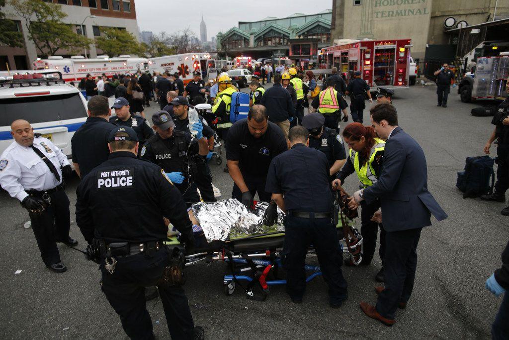 Equipos de rescate llegan a la plataforma del terminal de Hoboken en Nueva Jersey (GETTY IMAGES)