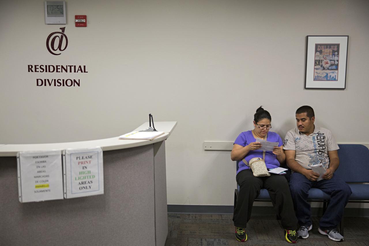 Yuridia Soto y su esposo Jorge Soto esperan para hablar con un valuador residencial en la oficina central de avalúos. (DMN/G.J. McCARTHY)