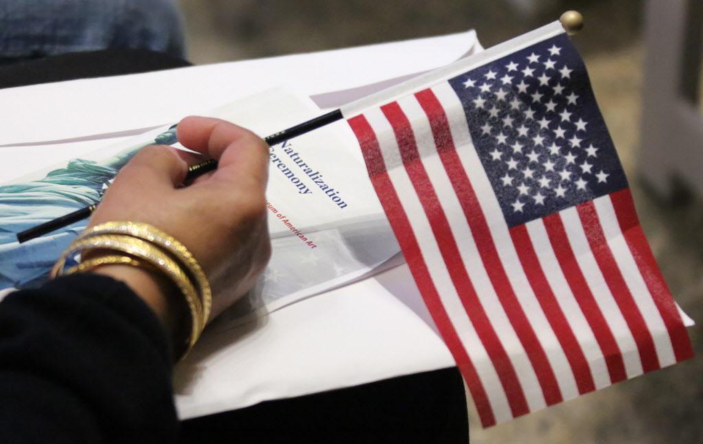 Los ciudadanos que quieren naturalizarse deben esperar más de año y medio según los actuales tiempos de espera de USCIS. DMN