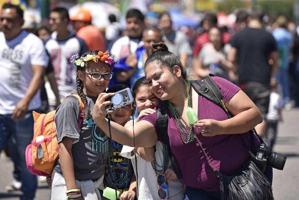 Sheila Méndez se toma un selfie con su familia en Jefferson Boulevard, durante la celebración del Cinco de Mayo. BEN TORRES/DMN