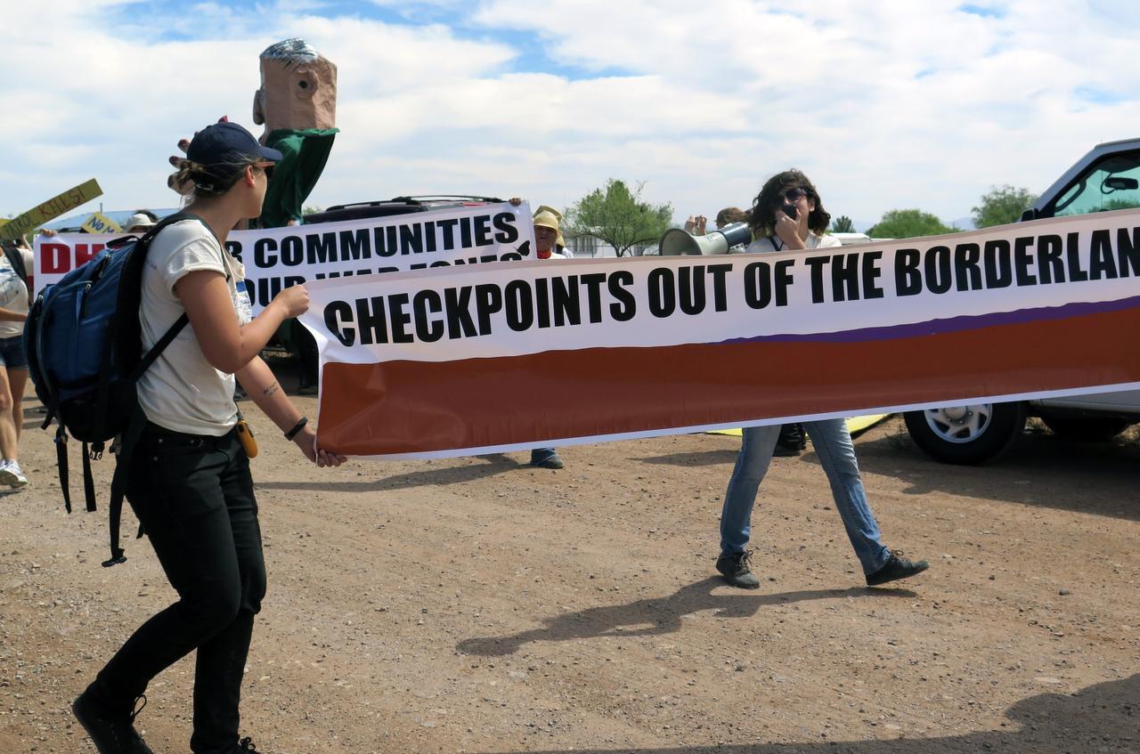 Un grupo de manifestantes camina a un punto de revisión de la Patrulla Fronteriza en Amado, Arizona. Un reporte de ACLU revela múltiples quejas contra la agencia. (AP/ASTRID GALVÁN)