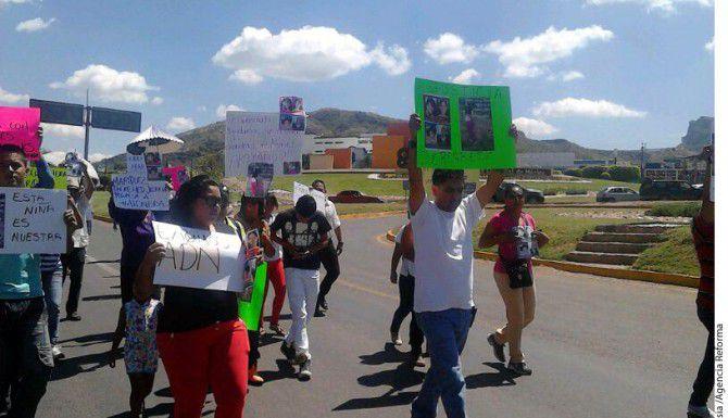 Familiares y amigos marchan para exigir el regreso de la menor de edad llevada por error a Estados Unidos.(Agencia Reforma)