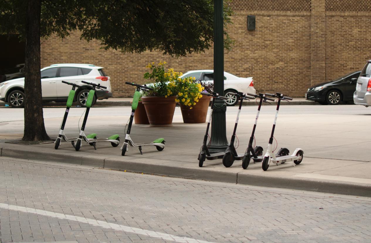 Varios scooters en una banqueta en el centro de la ciudad.(GETTY IMAGES)