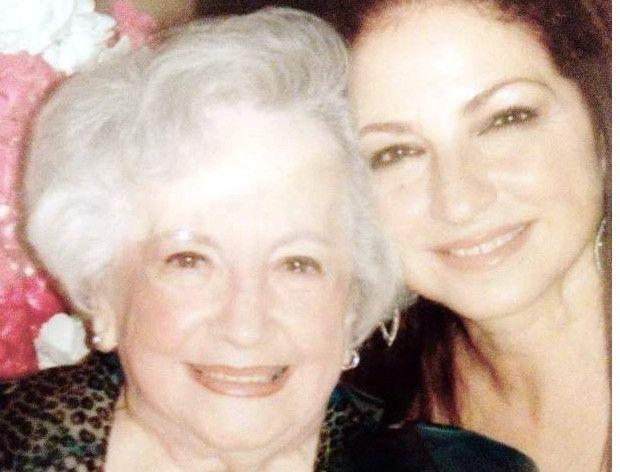 Gloria Fajardo (izq.), conocida como 'Rapuela' por los fans de su hija, Gloria Estefan(der.), murió este martes a los 88 años./ AGENCIA REFORMA