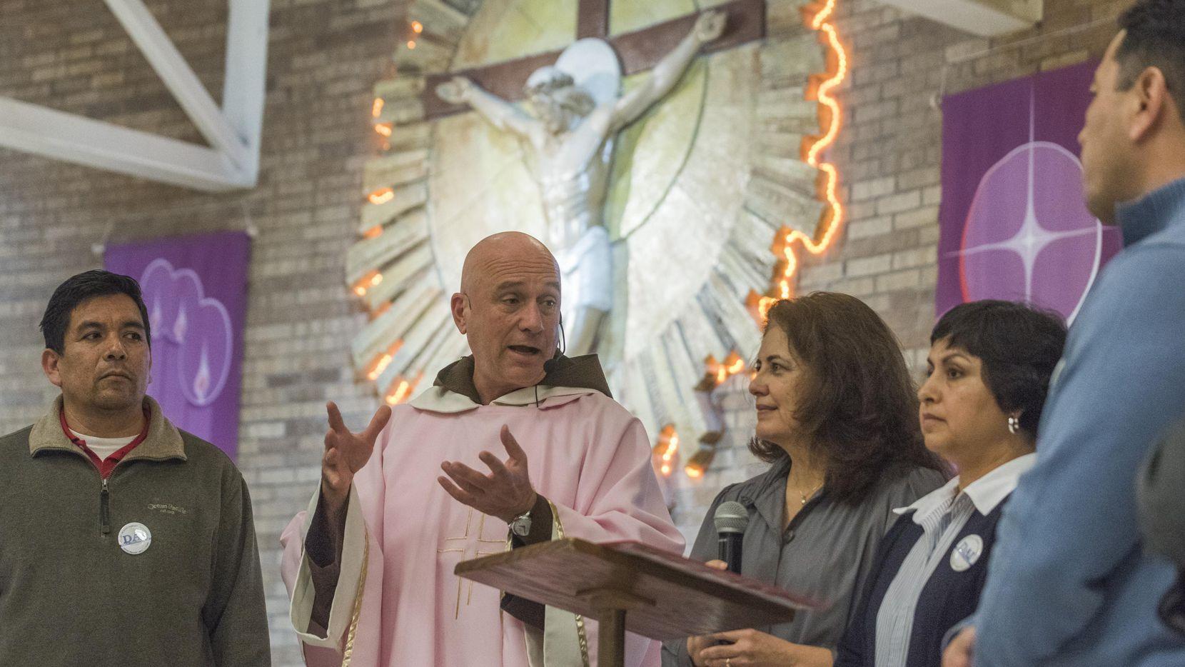 El padre Luis Gerardo Arraiza, de la iglesia Nuestra Señora de Lourdes, incentiva a los miembros de su congregación para que obtengan la ciudadanía.  REX CURRY/DMN
